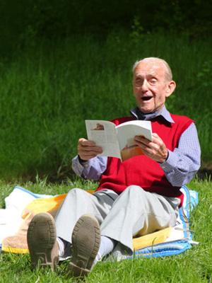 nonno che legge